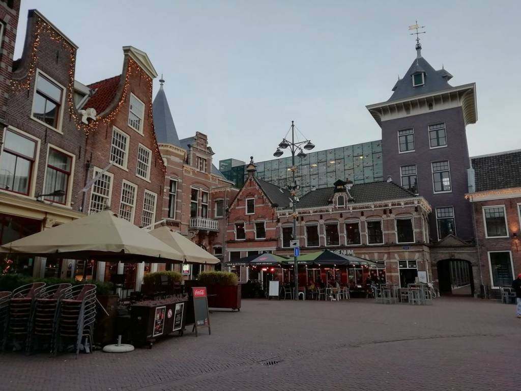 Calle Klokhuisplein, próxima al Museo de Teyler o Teylers Museum.