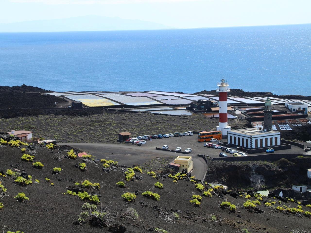 El final de la Ruta de los Volcanes con el faro y las salinas de Fuencaliente de fondo.