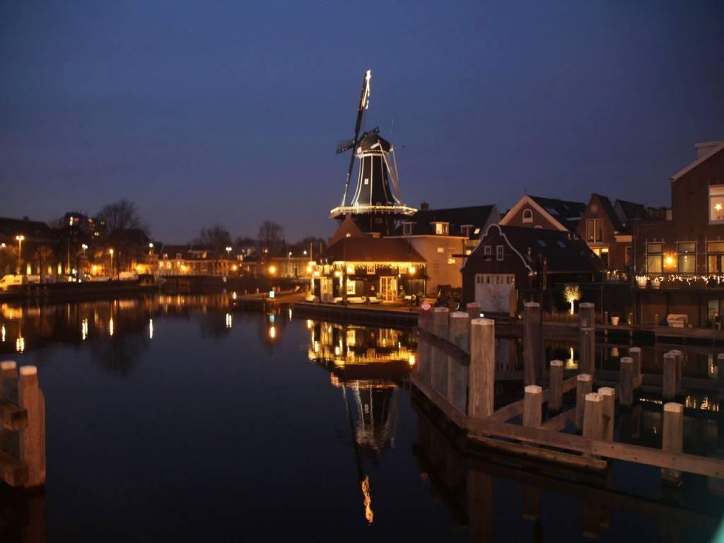 Me encantó pasear por la noche por Haarlem y ver el molino de Adriaan iluminado.