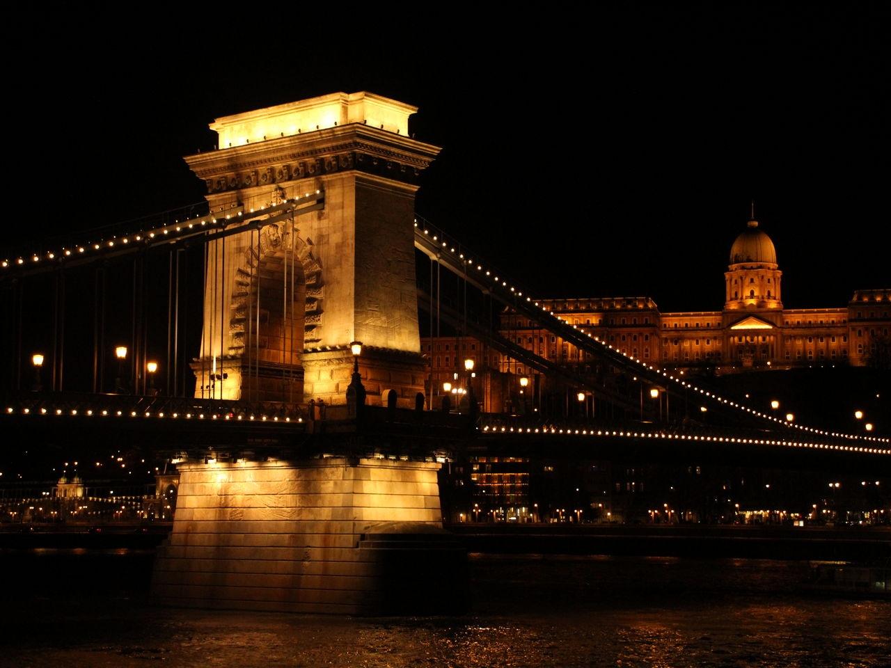 Cuánto cuesta un viaje a Budapest: Puente de las Cadenas iluminado.