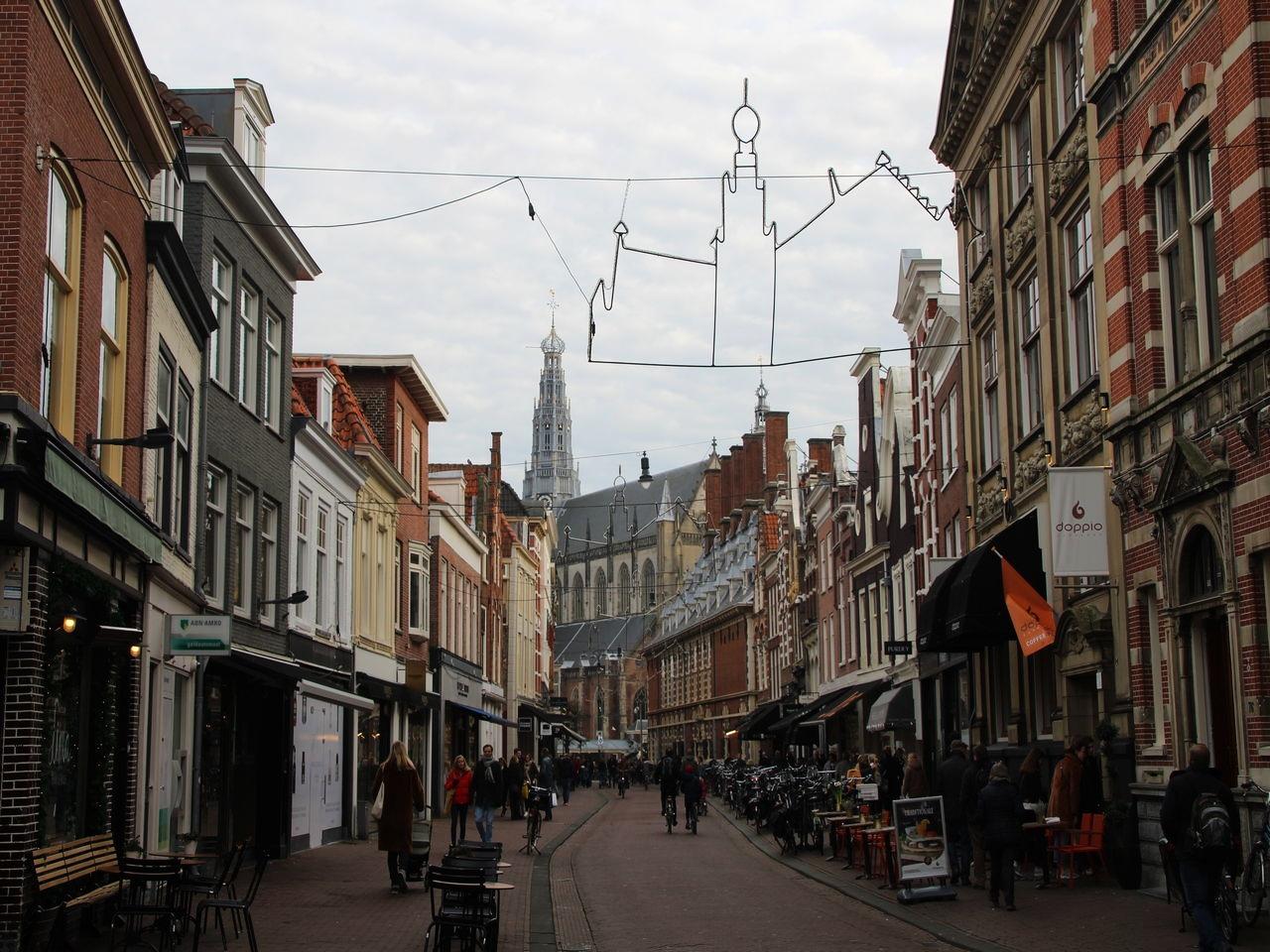 Calle Zijlstraat, cerca del Ayuntamiento de Haarlem o Stadhuis.