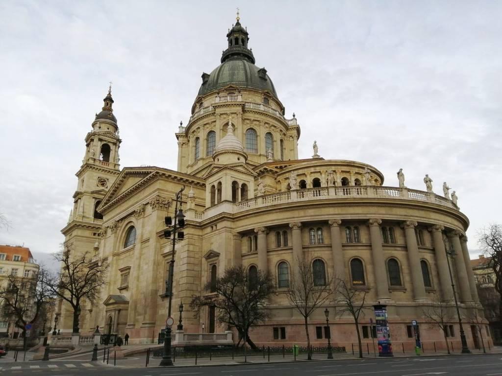 La Basílica de San Esteban es el edificio religioso más grande del país.