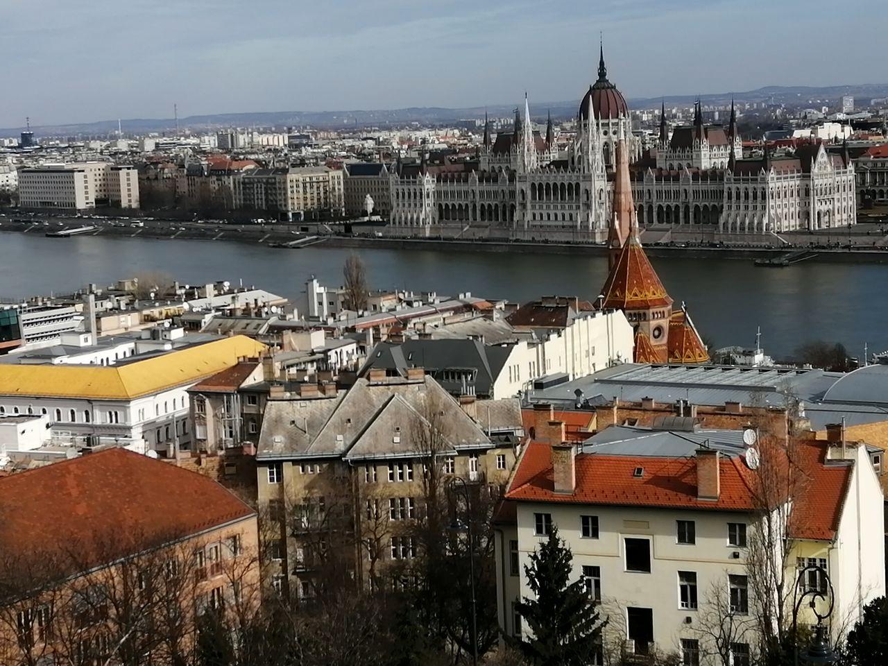 Vistas desde el Bastión de los Pescadores con el Parlamento de Budapest de fondo.