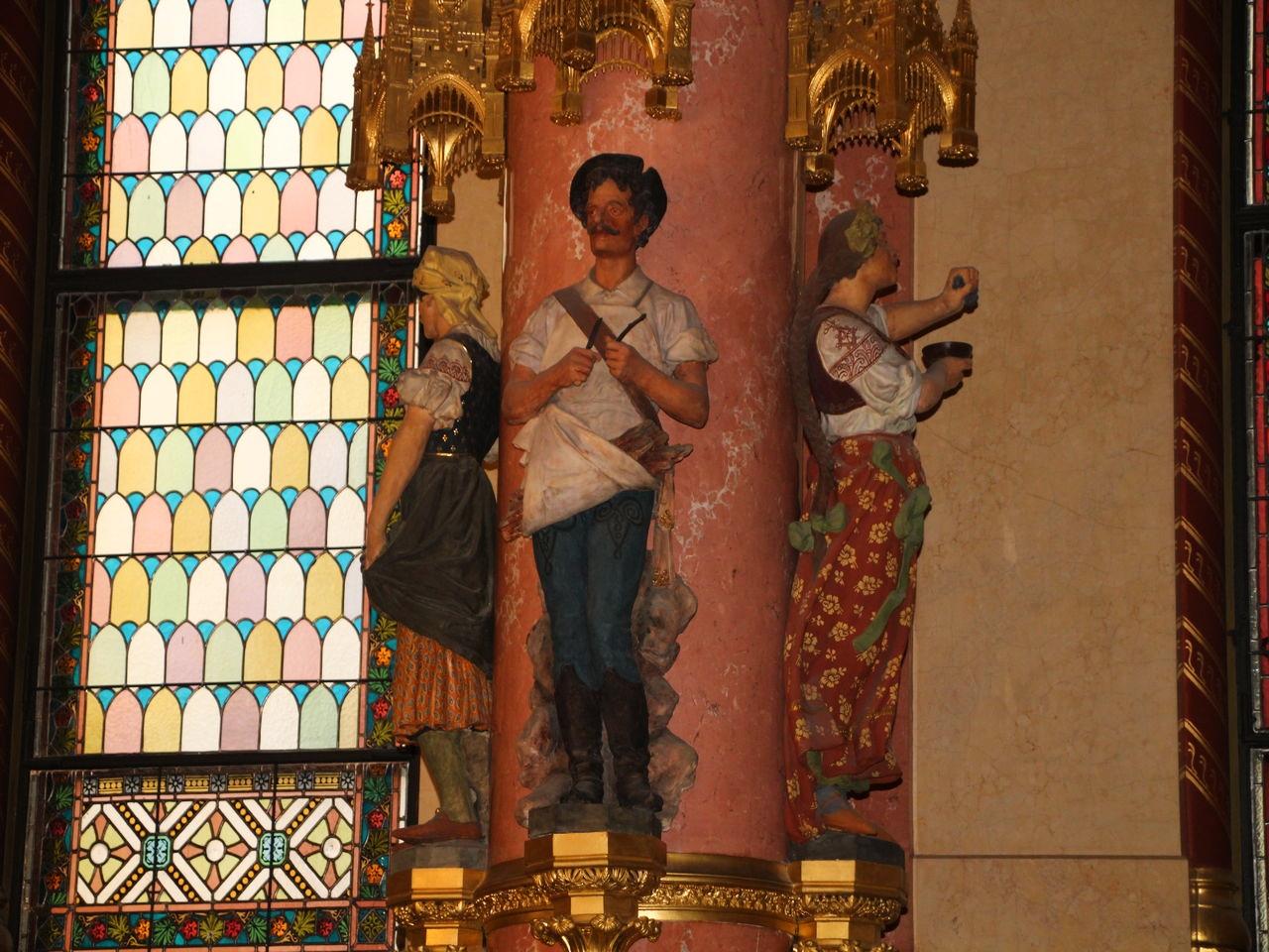 Todos los oficios históricos de los habitantes de Hungría están representados en columnas.