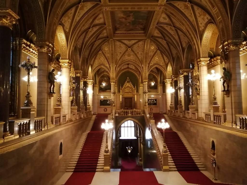En la visita guiada verás la escalera principal con alfombras rojas.