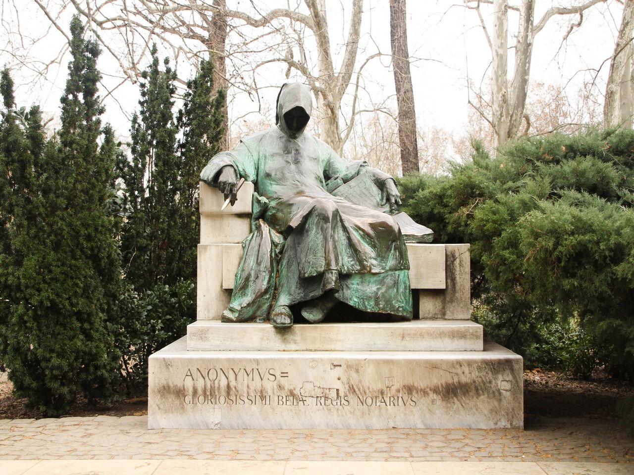 La estatua del Anónimo en el Parque de la Ciudad o City Park de Budapest.