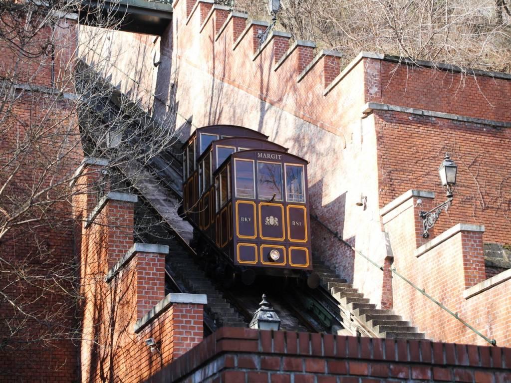 Nada más cruzar el Puente de las Cadenas, puedes subir a Buda en funicular.