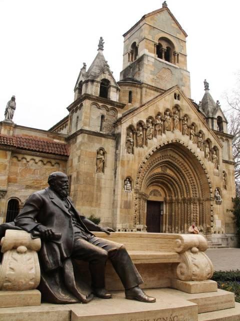 Iglesia románica de Jak en el Parque de la Ciudad o City Park.