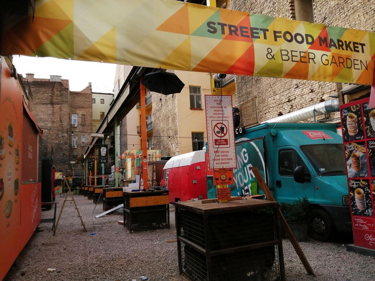 Dónde comer en Budapest al aire libre: Karavan Street Food Market.