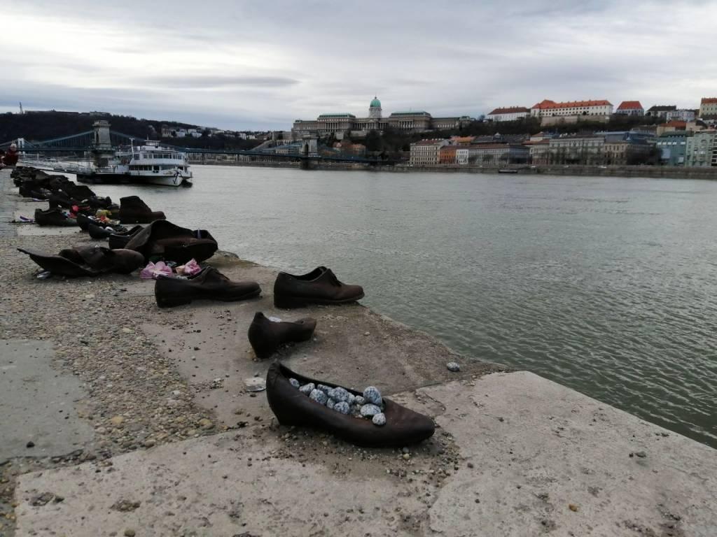 En tu escapada por Budapest en 2 días mínimo, tienes que ver el Monumento de los Zapatos.