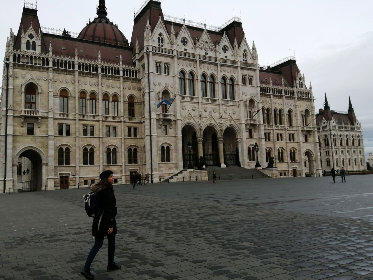 Entradas al Parlamento de Budapest: los tours comienzan en el lado derecho de esta fachada.