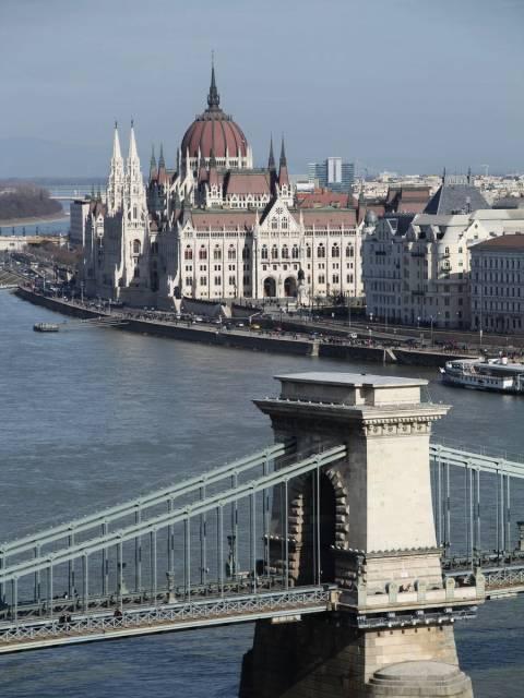 Hace 15 años la fachada del Parlamento de Budapest era completamente gris.
