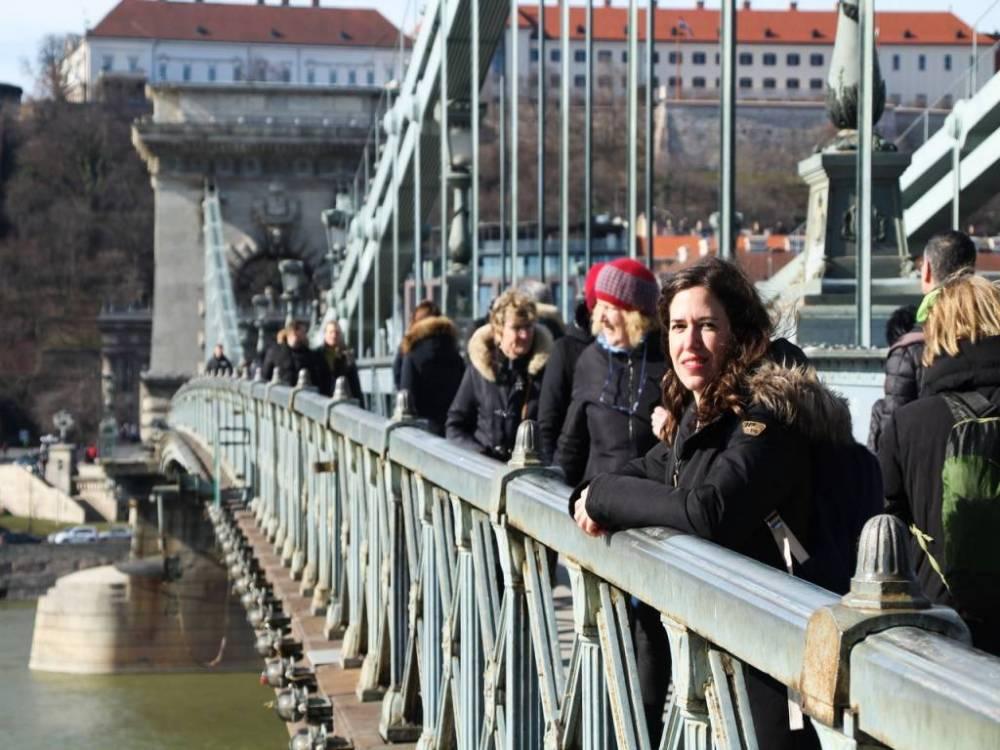 Te recomiendo cruzar el Puente de las Cadenas a pie para conocer las dos zonas: Buda y Pest.