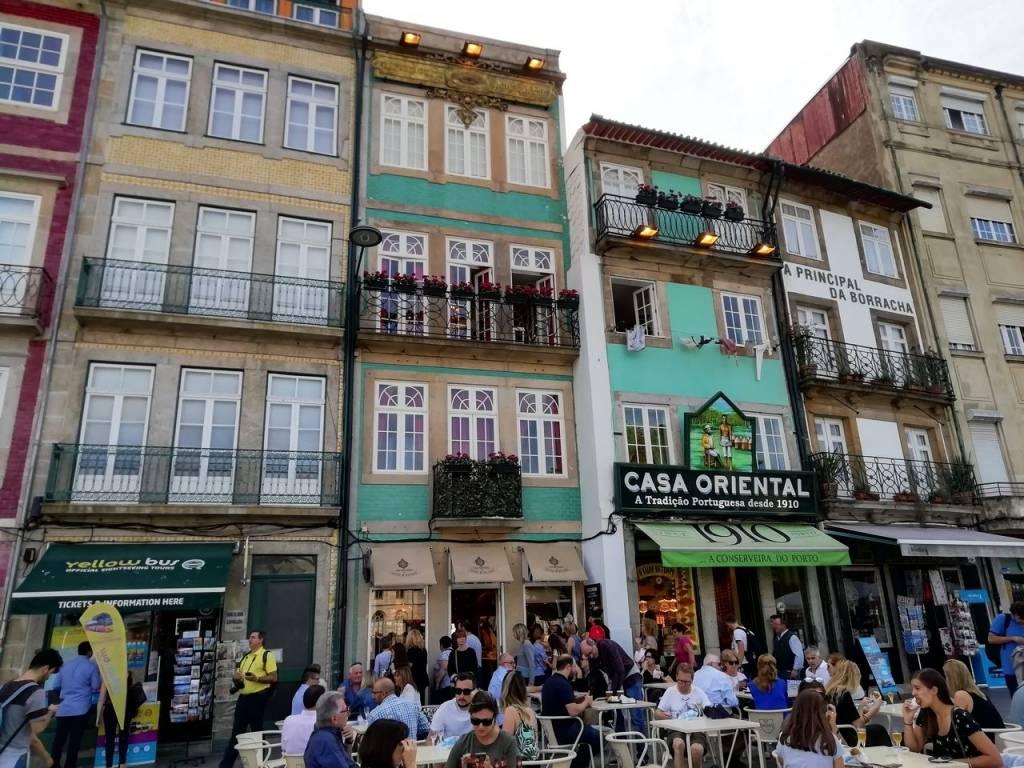 Una de las cosas que más me sorprendieron de mi escapada por Oporto en 3 días fueron las casas de colores.
