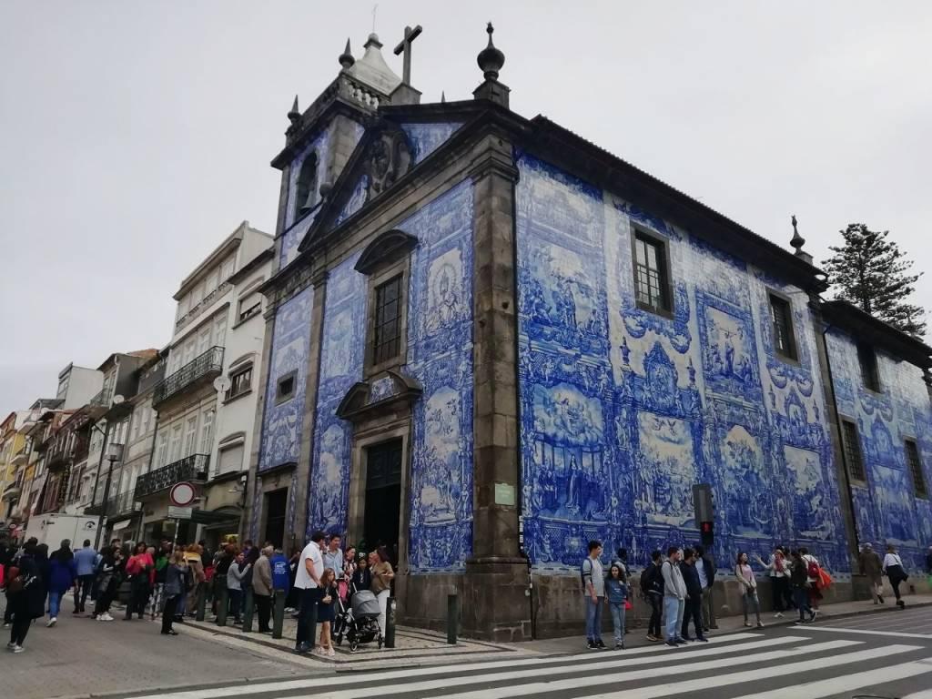 Un plan que hacer en Oporto es visitar la Capilla de las Almas, una de mis favoritas.