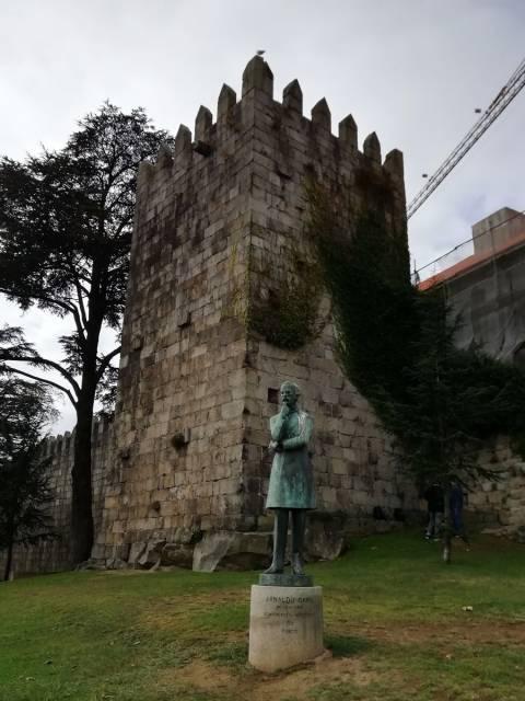 Qué ver en Oporto en 3 días: estatua de Arnaldo Gama junto a la muralla fernandina.