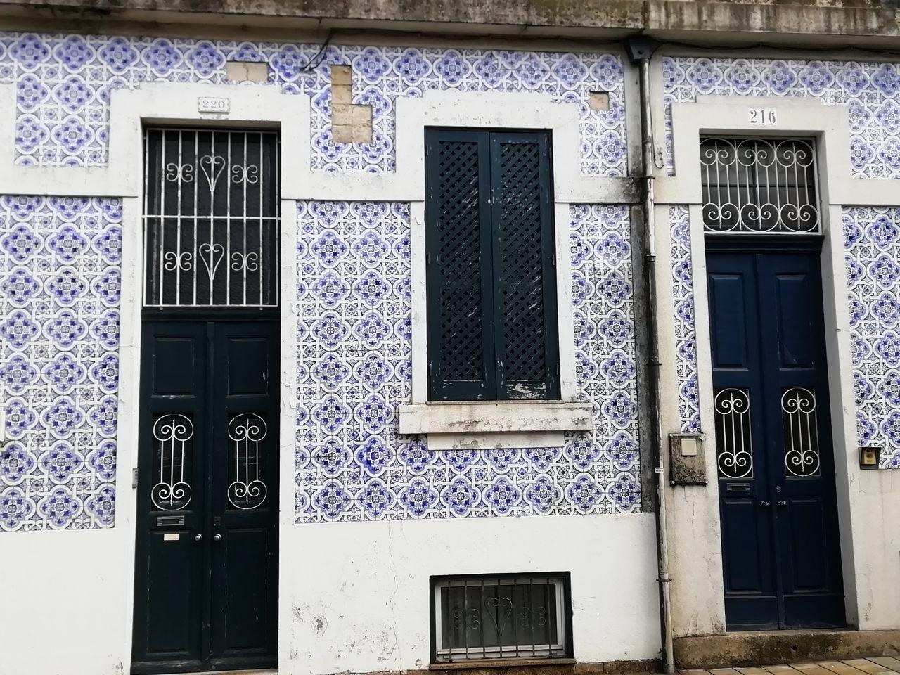 Cuánto me gustan las fachadas con los típicos azulejos portugueses en blanco y azul.