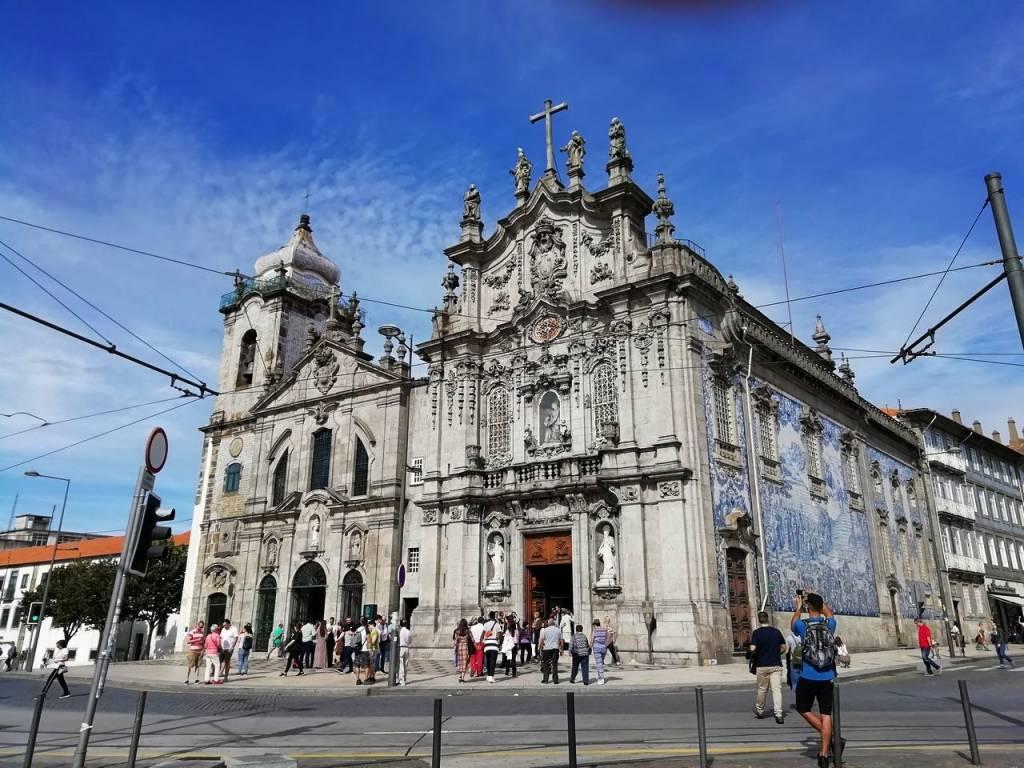 La Iglesia del Carmen tiene la fachada revestida con los típicos azulejos portugueses.