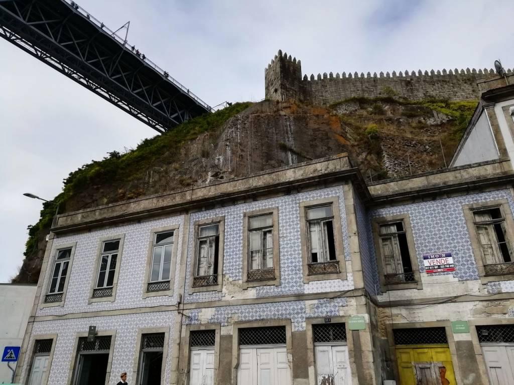 Puente de Don Luis I y muralla fernandina en Oporto.