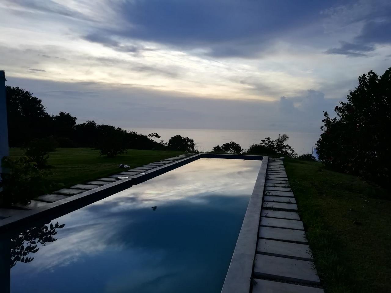 Viajes de última hora: amanecer en un hotel de Montezuma, Costa Rica.