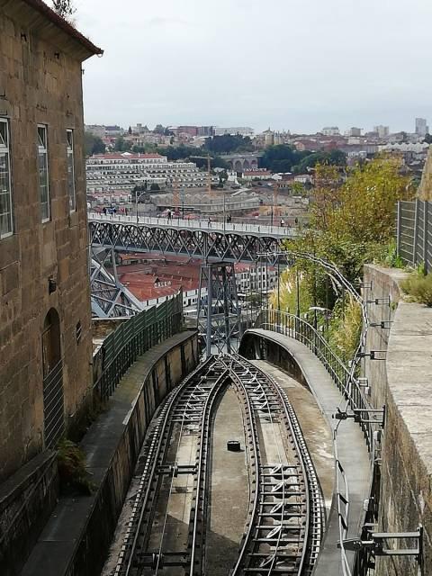 Si tuviera que quedarme con una cualidad de Oporto, sin duda sería su aire decadente.