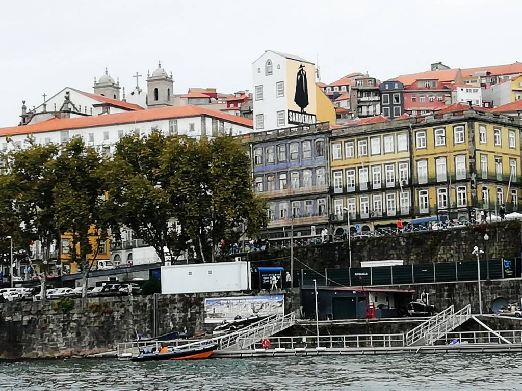 Vila Nova de Gaia es famosa por sus bodegas, donde puedes probar el famoso vino de Oporto.