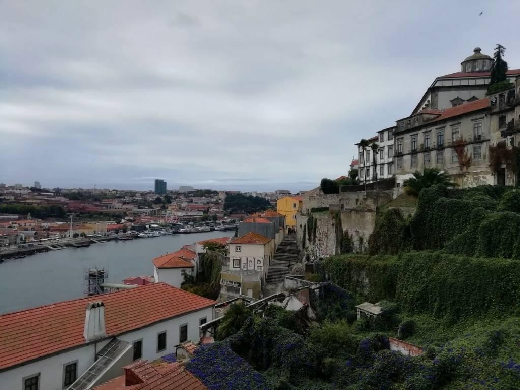 Vistas de Oporto con el río Duero de fondo.