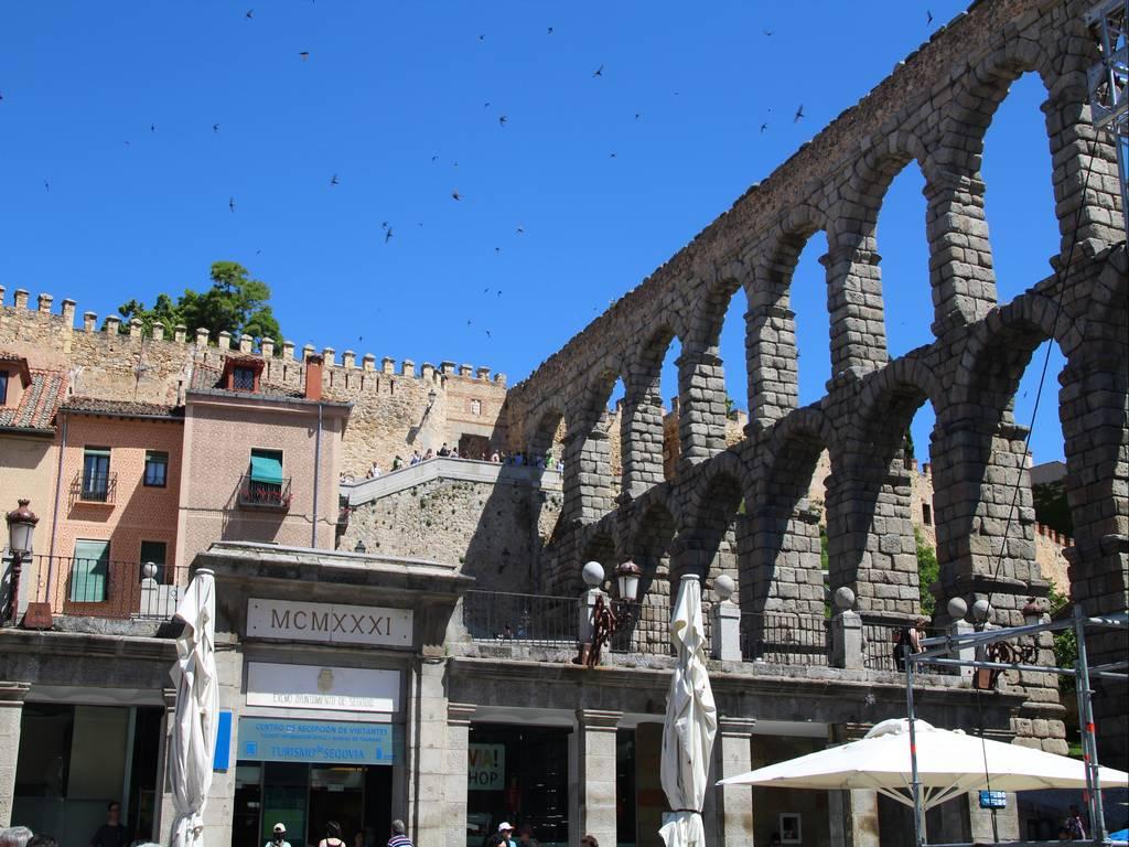 El acueducto es el sitio más imponente que ver en Segovia en un día