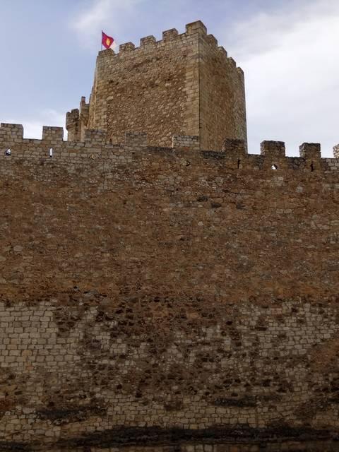 El castillo tiene una ubicación privilegiada en la ladera de la montaña.