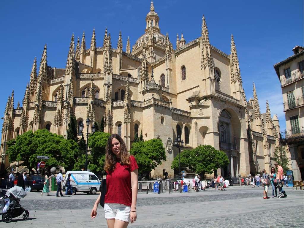 Puedes ir a Segovia en tren (lo más rápido), autobús (lo más económico) y coche.