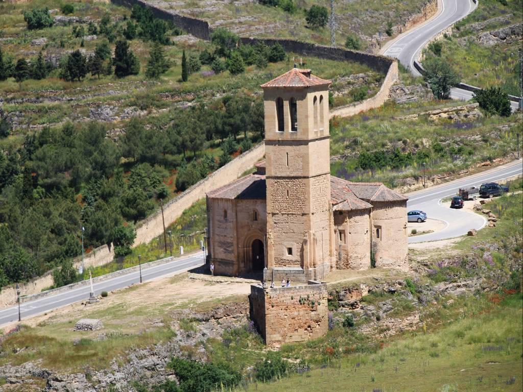 La Iglesia de la Vera Cruz es la iglesia románica más curiosa que ver en Segovia en un día por su planta dodecagonal.