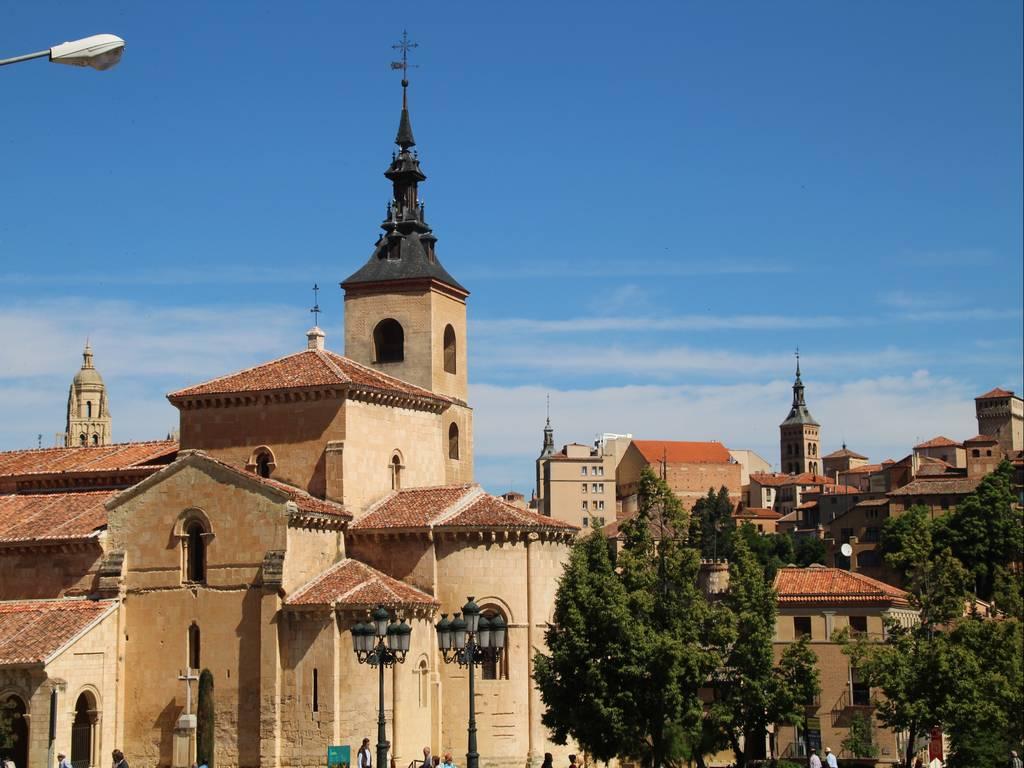 La iglesia de San Martín destaca por la torre de su campanario y el pórtico.