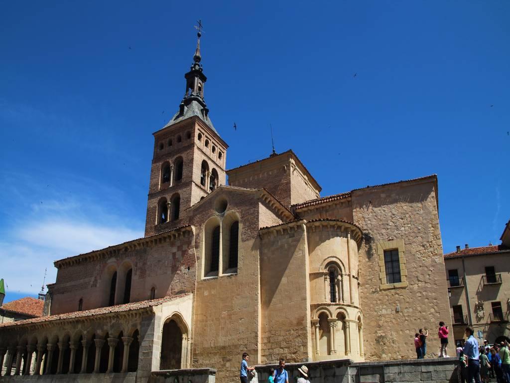 La Iglesia de San Martín tiene un pórtico espectacular que rodea todo el templo salvo la puerta principal.