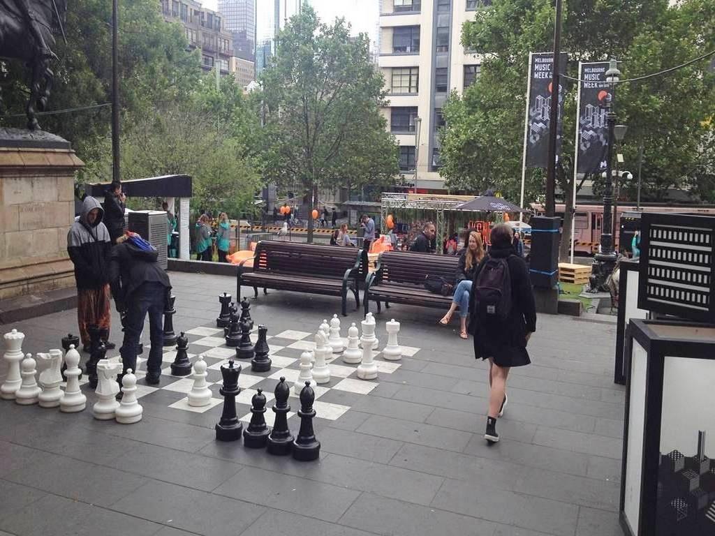 Es un planazo jugar al ajedrez al aire libre en un tablero gigante, ¿no crees?