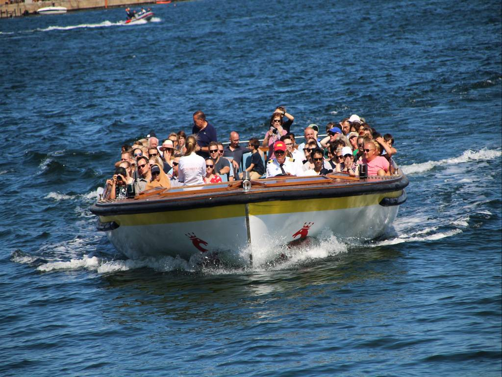 Una de las formas de llegar a la Sirenita de Copenhague es en barco o crucero.