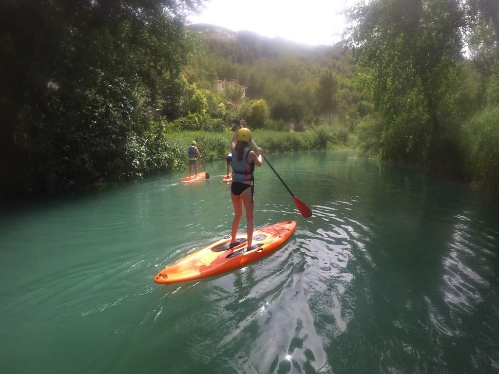 Un plan que hacer en Alcalá del Júcar si te gusta la aventura es practicar paddle surf.