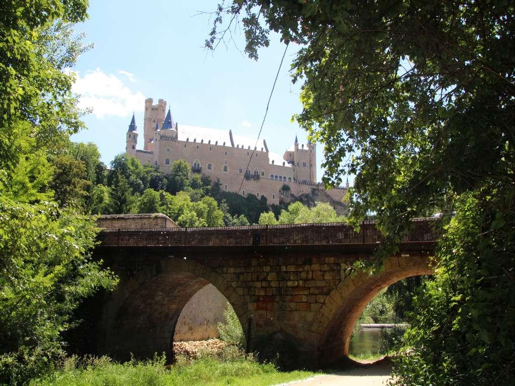 Si tienes tiempo, te recomiendo dar un paseo junto al río Eresma para tener unas vistas fabulosas del Alcázar de Segovia.