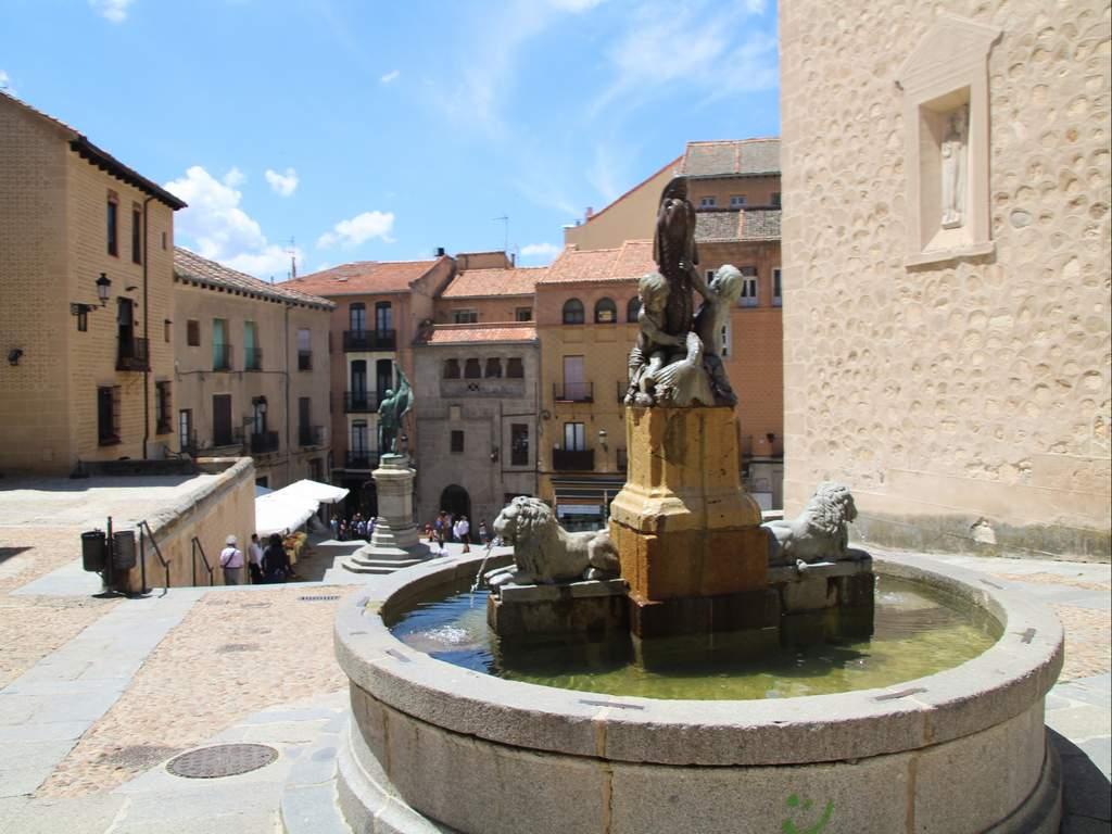 No te pierdas en la Plaza de Medina del Campo las esculturas de las sirenas, aunque más bien parecen esfinges.