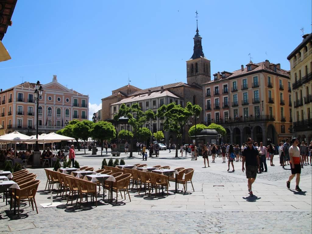 La Plaza Mayor es el centro neurálgico que ver en Segovia en un día.