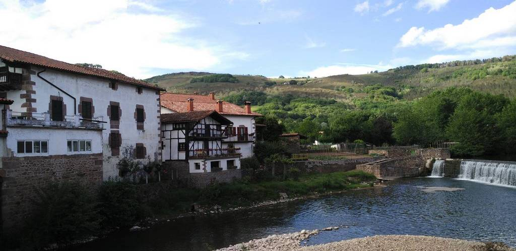 Uno de los mejores planes que hacer en Elizondo es pararse a observar el río desde el puente de Txokoto.