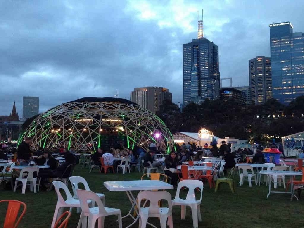 Los jardines y parques de Melbourne se llenan de música y ambiente por las noches.
