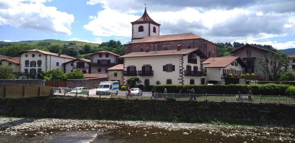 La Iglesia de San Pedro, en Santesteban es barroca y destaca por su torre de estilo medieval.