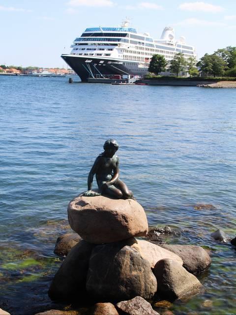 La parte negativa es el ruido de cargueros y cruceros alrededor de la escultura de bronce.