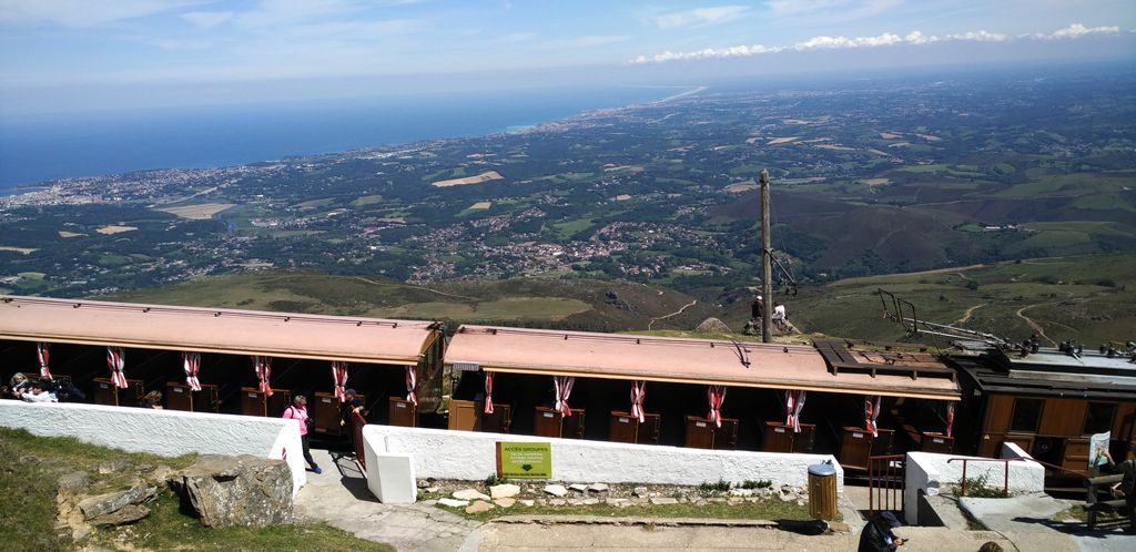 El tren cremallera de Larrún tiene los vagones revestidos del mismo tipo de madera que se utilizó en sus inicios.