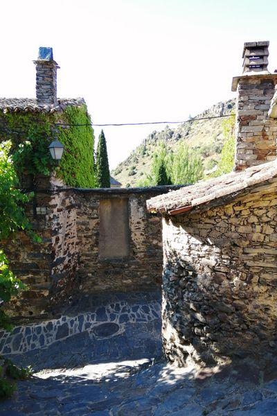 Antiguo horno adosado a una vivienda de pizarra en Patones de Arriba.