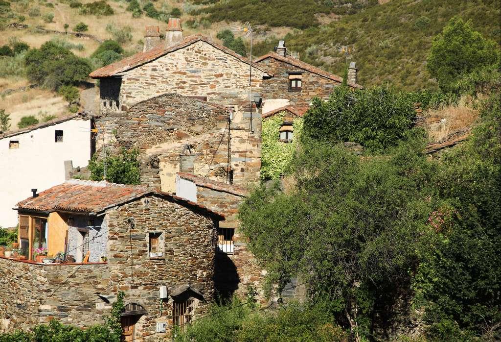 Imagen típica de Patones de Arriba con las viviendas de pizarra, propias de la arquitectura negra.