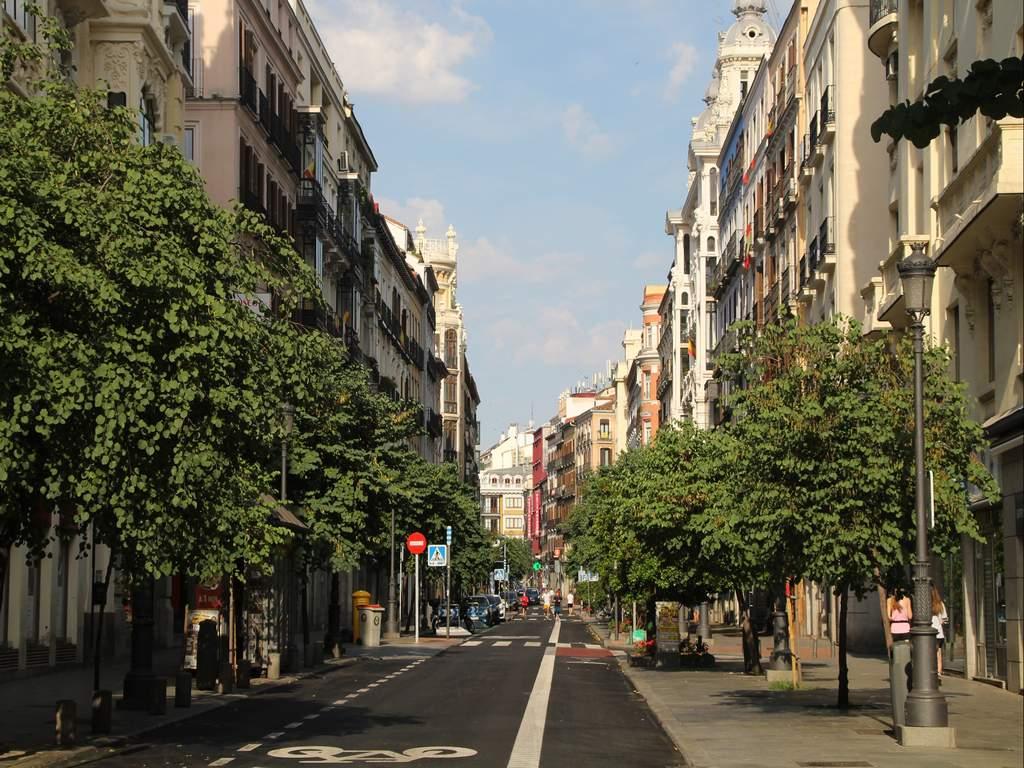 La calle Mayor es uno de los imprescindibles en tu ruta por el Madrid de los Austrias.