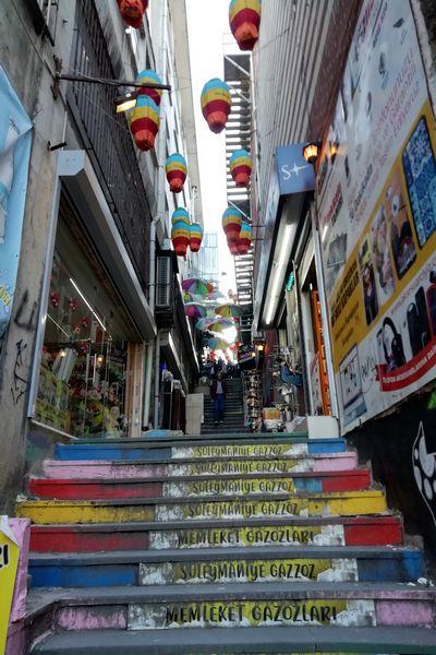 Probablemente la calle más colorida de Estambul.