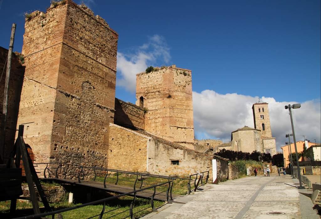 El Castillo del Marqués de Santillana está adosado a la muralla y tiene siete torreones de piedra.