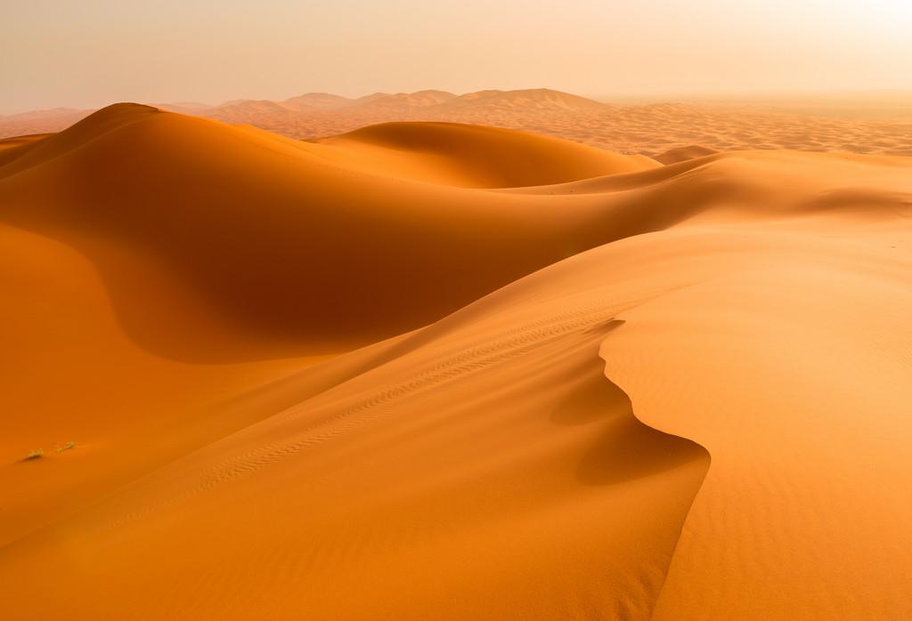 Pasear descalzo por las dunas del desierto de Zagora es un plan muy apetecible.